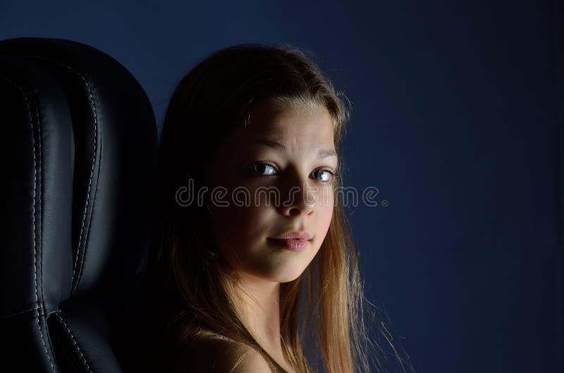 Adolescente na escuridão fotografia de stock royalty free