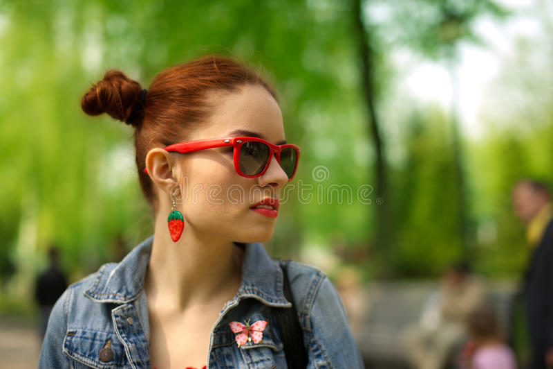 Adolescente na moda nos óculos de sol imagem de stock