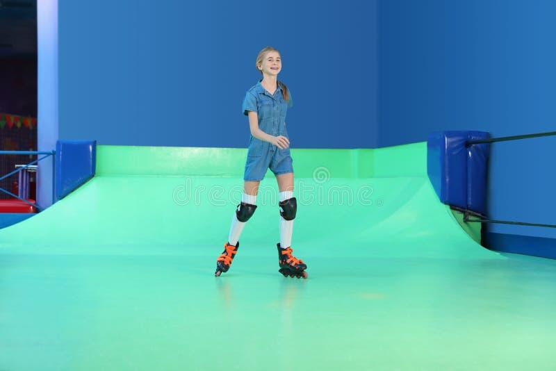 Adolescente na pista de patinagem do rolo fotografia de stock