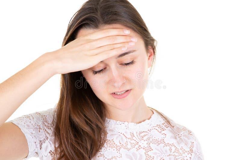 Adolescente nel dolore che ha mano di emicrania sulla testa su fondo bianco immagine stock libera da diritti