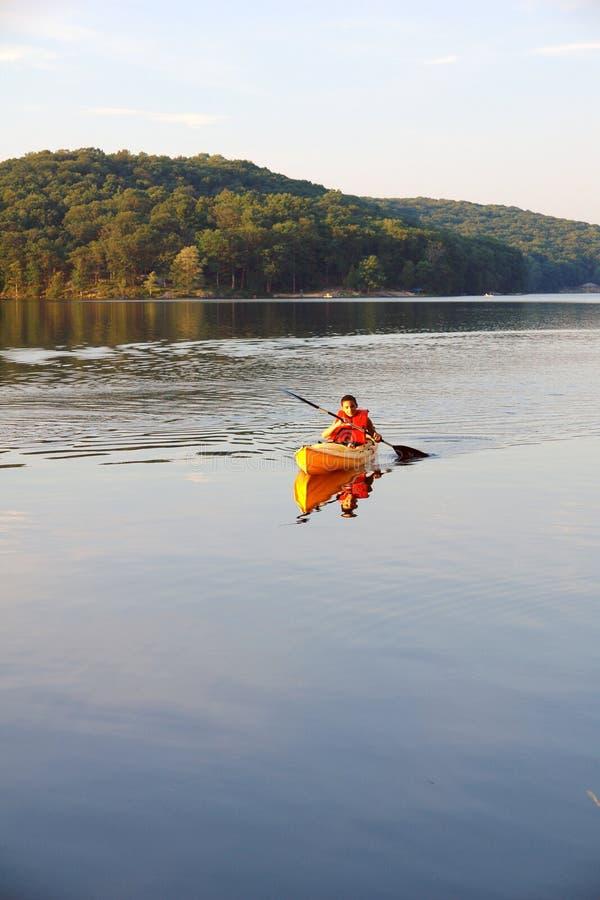 Adolescente nel lago fotografia stock