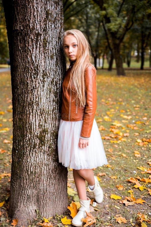 Adolescente nella foresta di autunno immagine stock