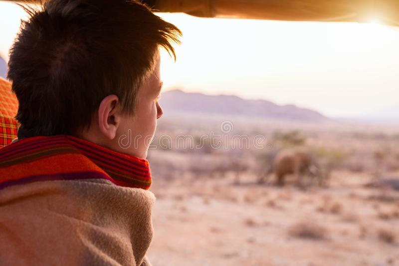 Adolescente no safari imagem de stock royalty free
