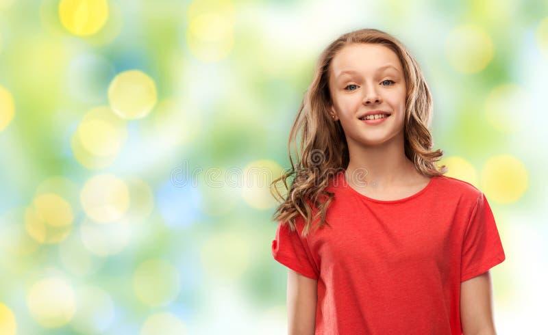 Adolescente no t-shirt vermelho sobre luzes verdes fotos de stock royalty free