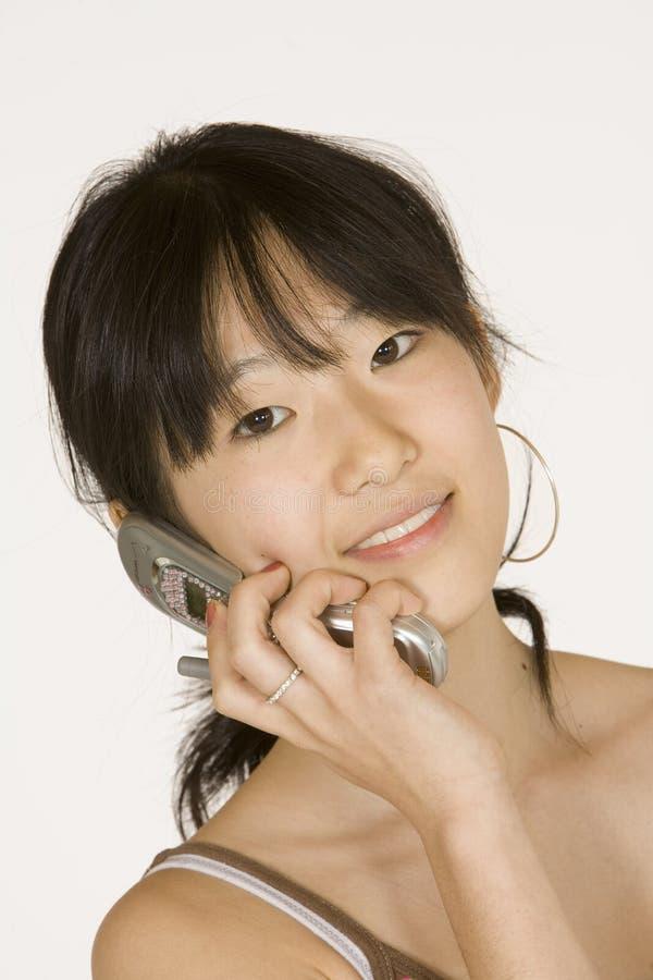 Adolescente no telefone de pilha imagens de stock