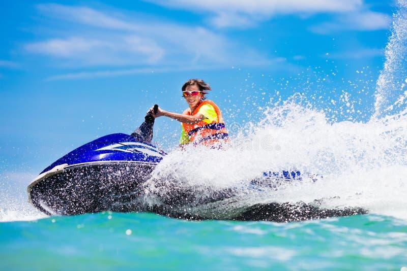 Adolescente no 'trotinette' da água Esqui aquático adolescente do menino da idade foto de stock