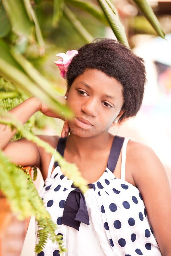 Adolescente noire de fille dehors images libres de droits
