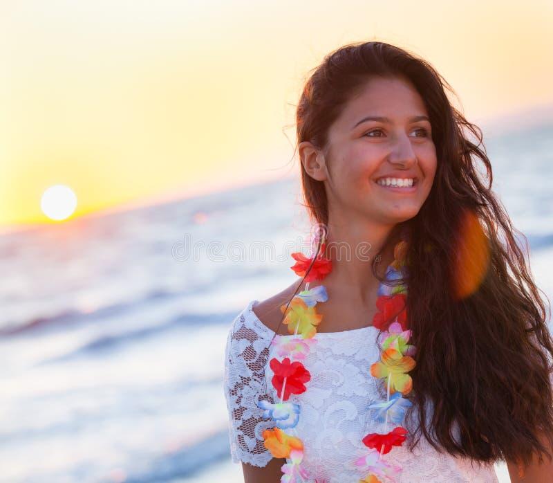 Adolescente novo bonito com um vestido branco na praia em sóis fotos de stock