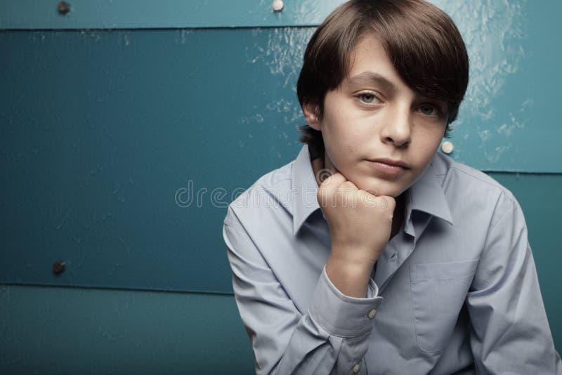 Adolescente novo em um fundo azul abstrato imagens de stock royalty free