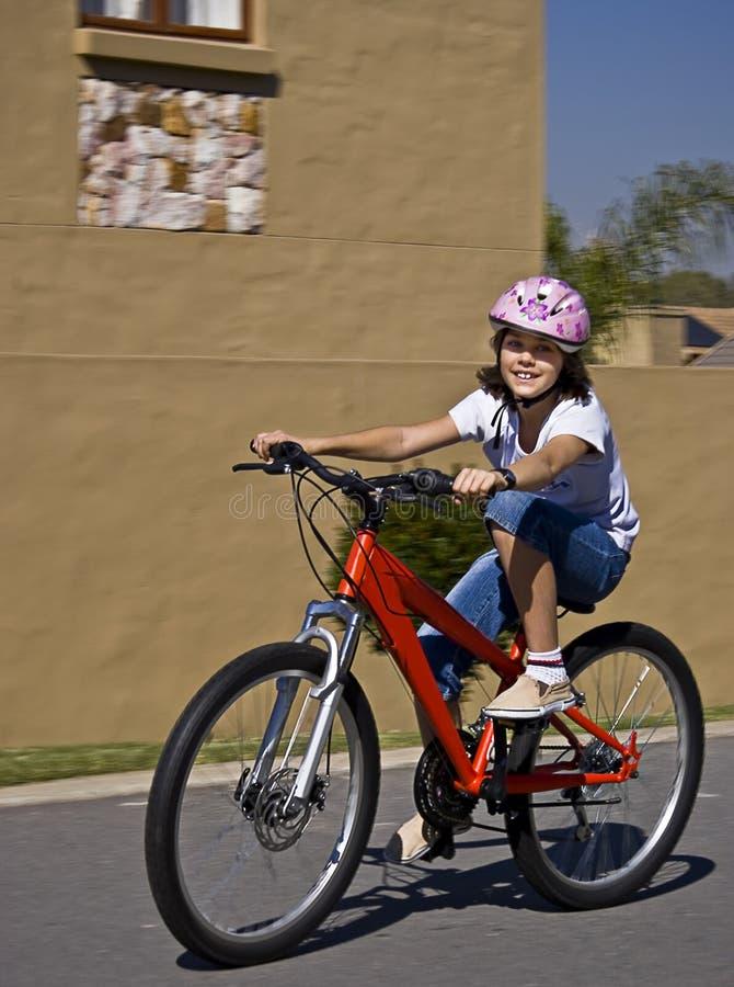 Adolescente novo na bicicleta imagens de stock