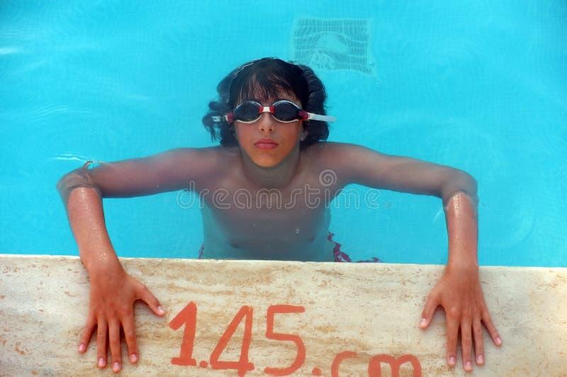 Adolescente novo na piscina fotos de stock royalty free