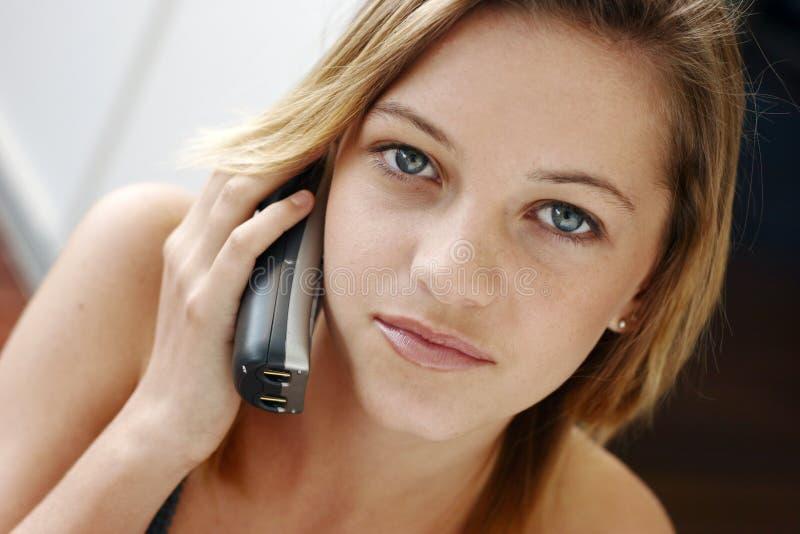 adolescente novo no telefone imagem de stock