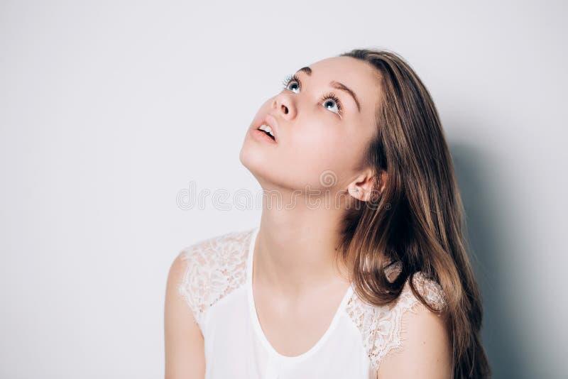 Adolescente novo que olha acima foto de stock royalty free