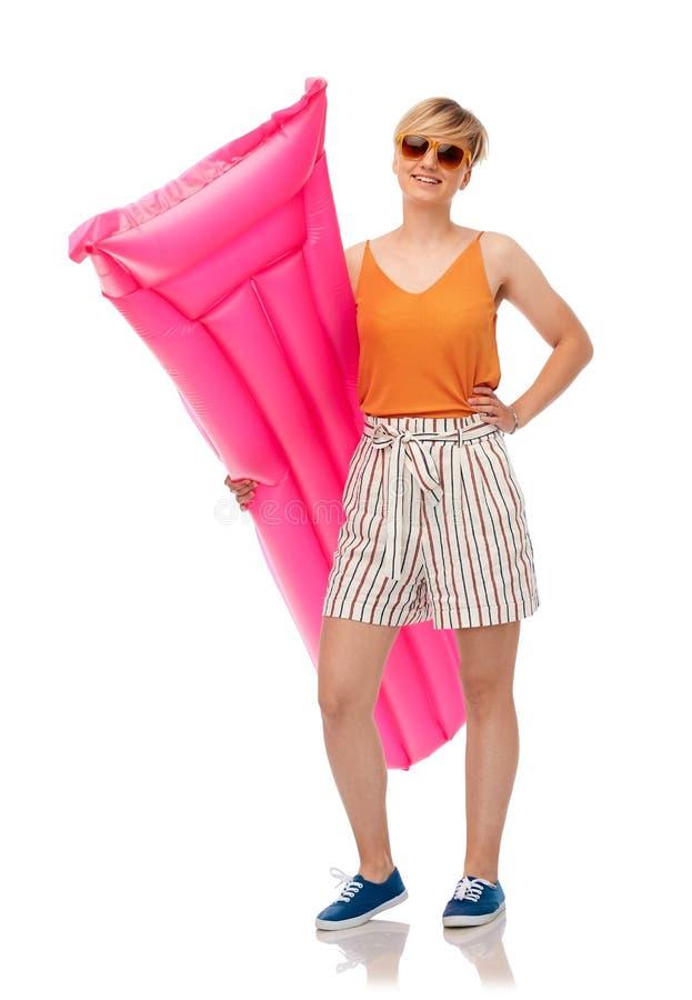 Adolescente in occhiali da sole con il materasso dello stagno fotografia stock