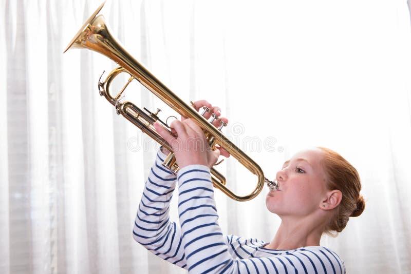 Adolescente pelirrojo que toca la trompeta fotos de archivo libres de regalías