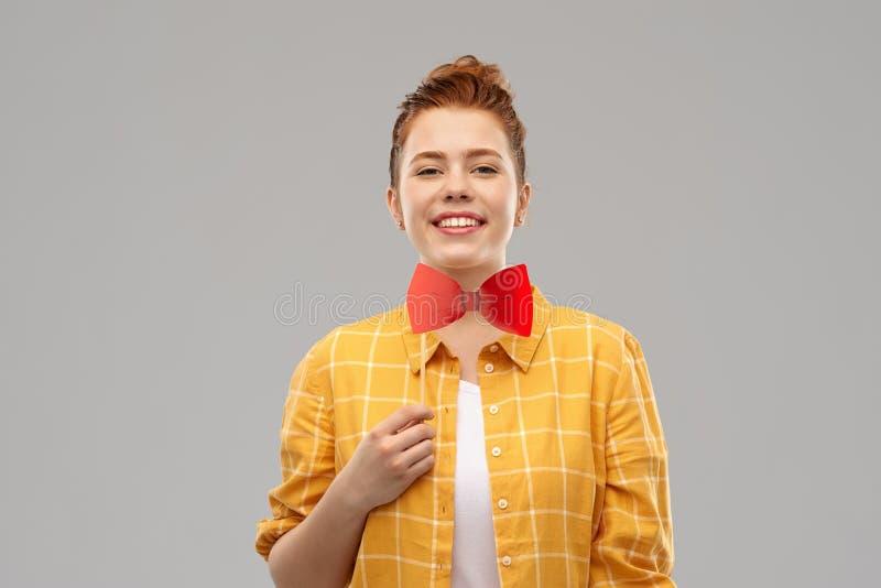 Adolescente pelirrojo sonriente con el bowtie grande imagenes de archivo