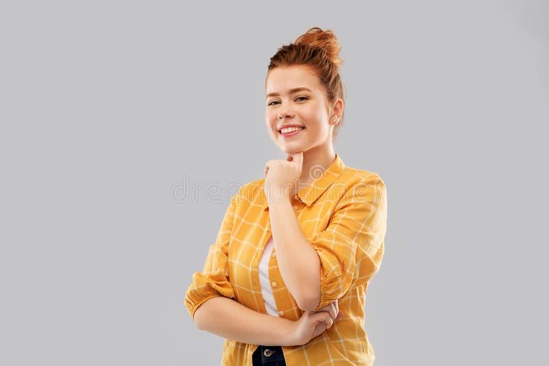 Adolescente pelirrojo sonriente en camisa a cuadros fotos de archivo