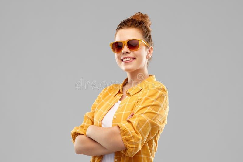 Adolescente pelirrojo sonriente en gafas de sol fotos de archivo libres de regalías
