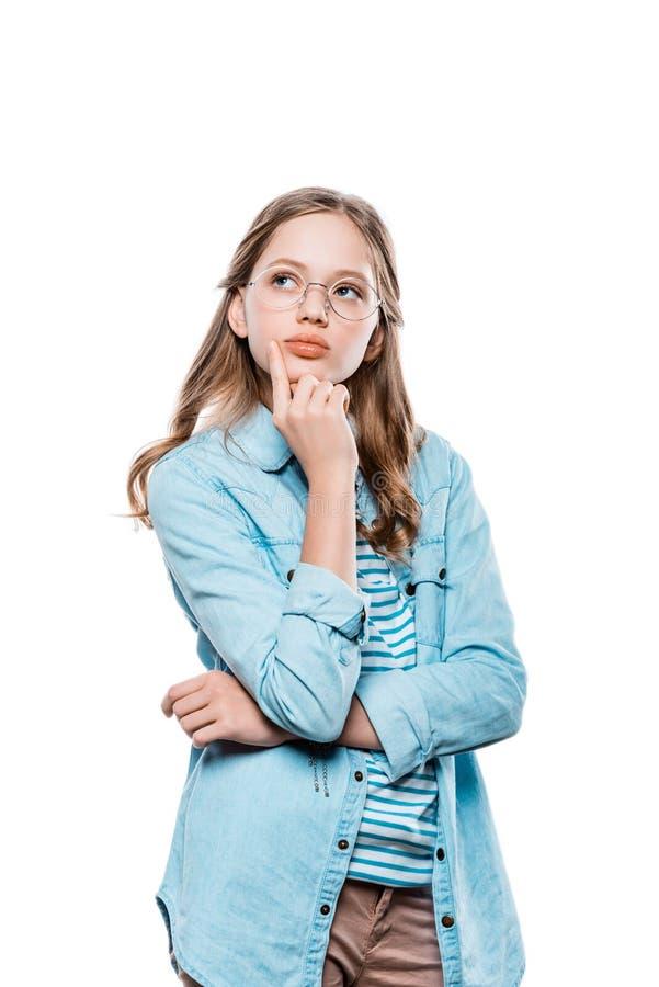 Adolescente pensativo en las lentes que llevan a cabo la mano en la barbilla y que miran para arriba foto de archivo libre de regalías