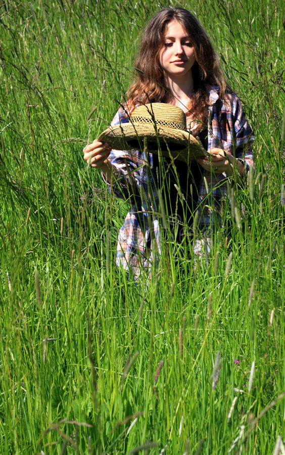 Adolescente pensativo na grama alta fotografia de stock