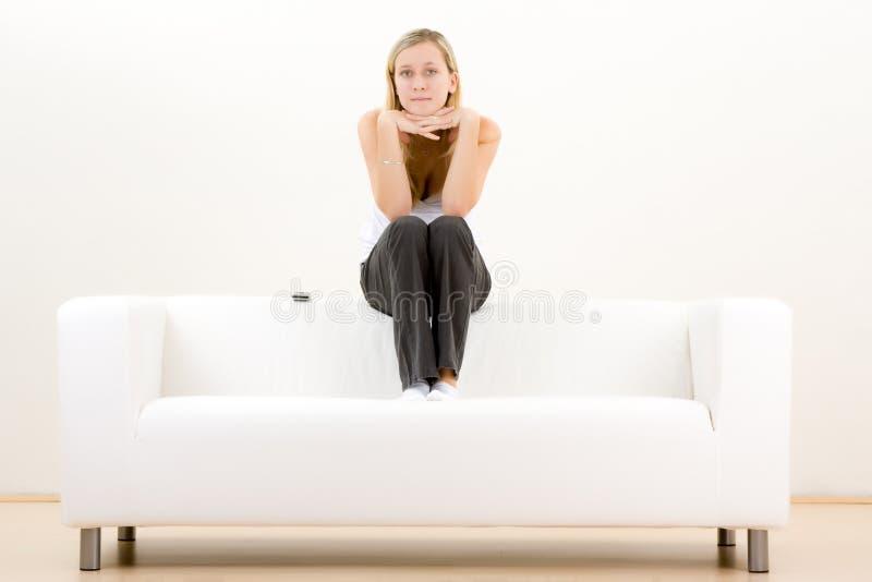 Adolescente pensativo no sofá foto de stock