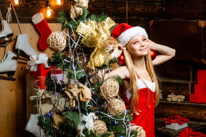 Adolescente pequeno bonito que comemora o Natal Feliz Natal Ano novo do adolescente Feliz Natal e boas festas cute fotografia de stock royalty free