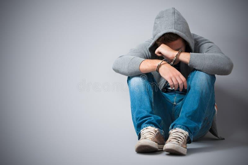 Adolescente prendido com algemas foto de stock
