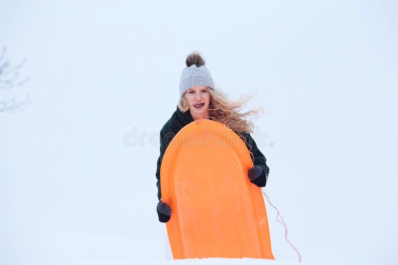 Download Adolescente Pronto Para Deslizar Para Baixo Um Monte Do Inverno Imagem de Stock - Imagem de lifestyle, nave: 107529159