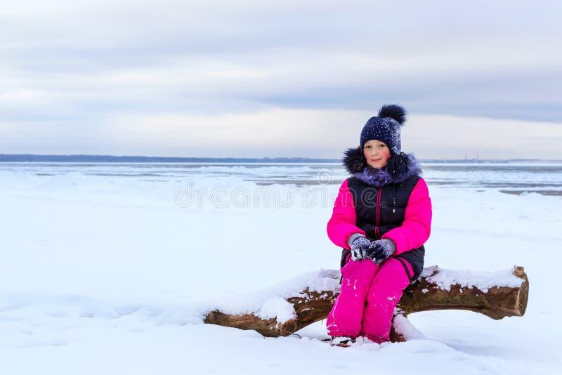 Adolescente que anda na costa de mar Narva Estônia imagens de stock