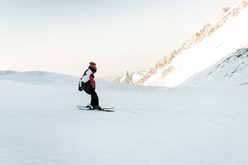 Adolescente que aprende cómo esquiar en el cielo azul imágenes de archivo libres de regalías