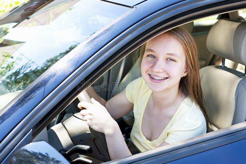 Adolescente que aprende conducir foto de archivo