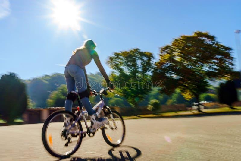Adolescente que bicycling em botas do rolo Tiro da velocidade foto de stock royalty free