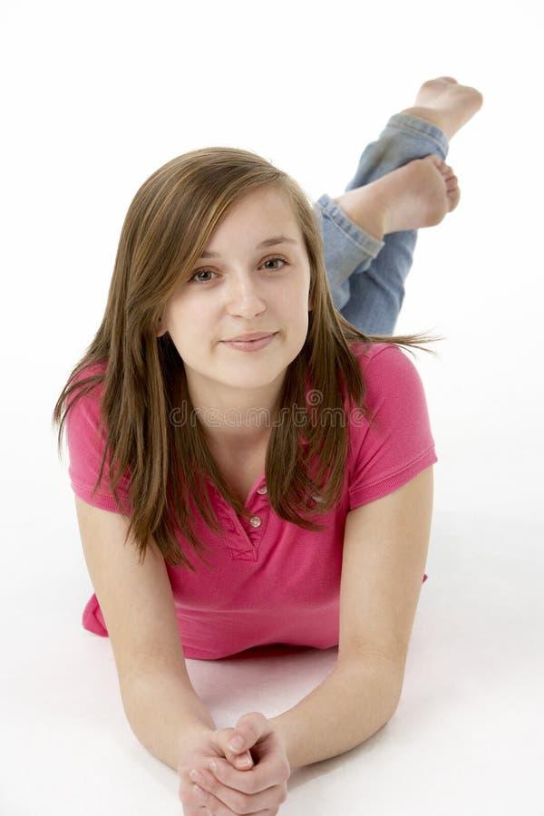 Adolescente que coloca no estômago imagem de stock royalty free
