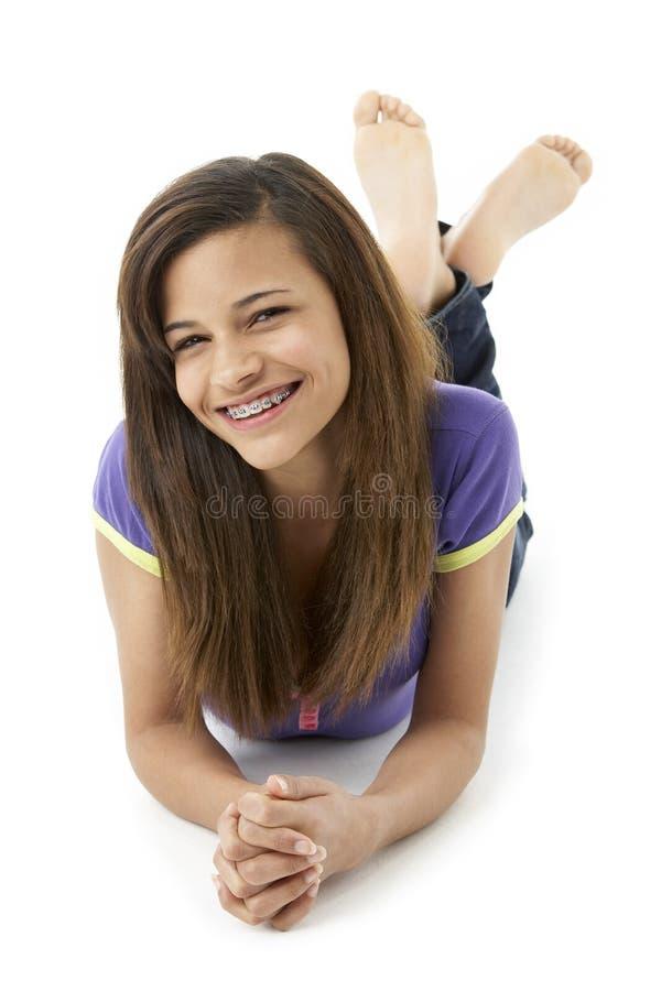 Adolescente que coloca no estômago imagens de stock
