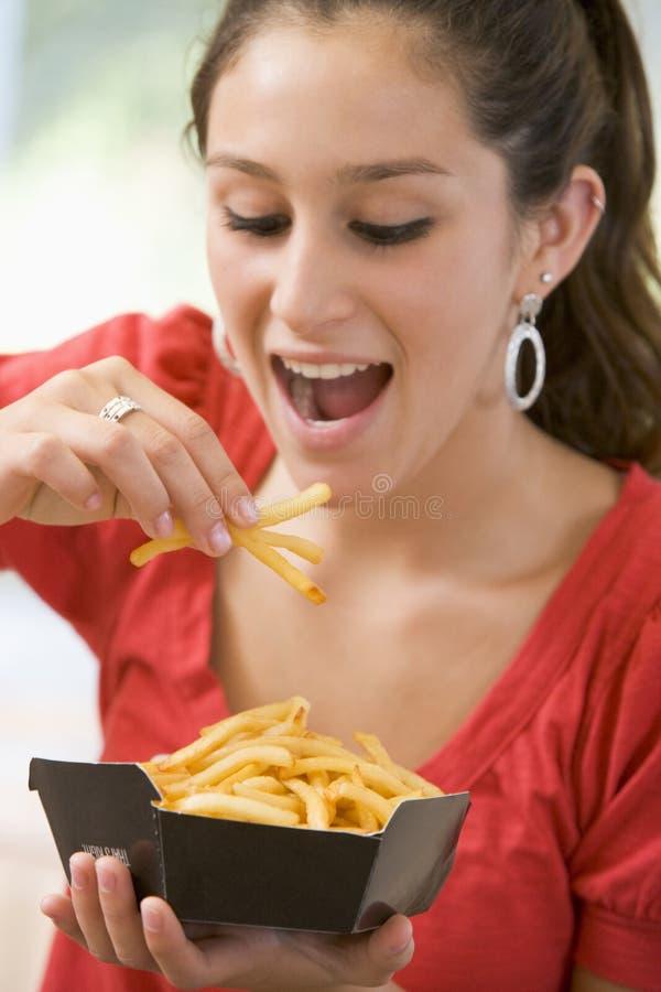 Adolescente que come las patatas fritas fotos de archivo libres de regalías