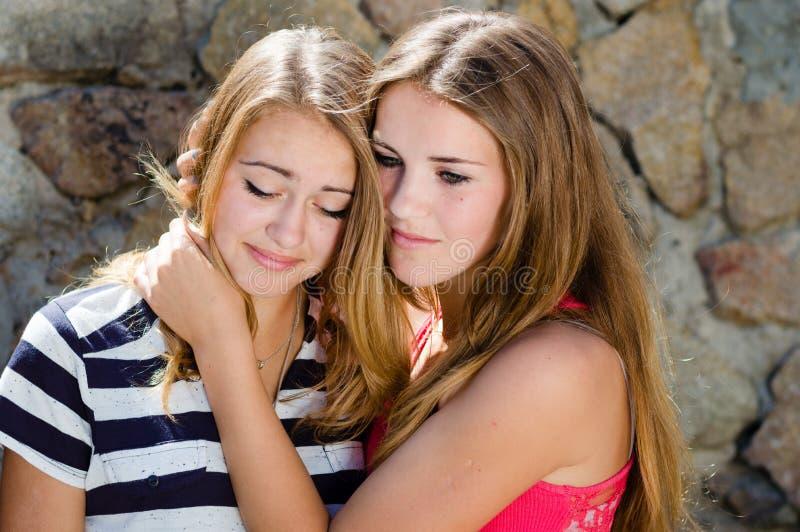 Adolescente que consola o amigo de grito imagens de stock royalty free