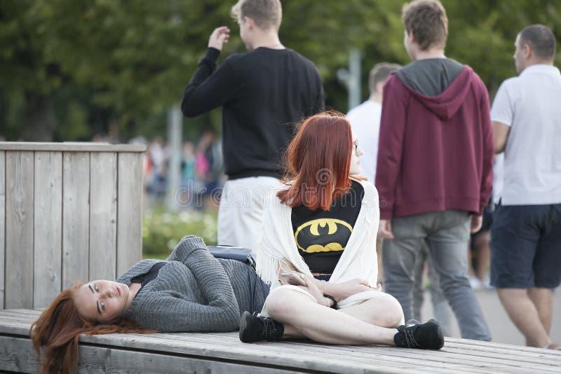 Adolescente que consola seu amigo triste da virada fotografia de stock