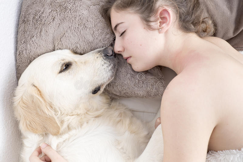 Adolescente que dorme com seu cão imagens de stock