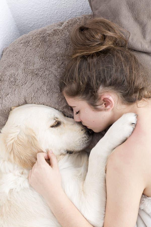 Adolescente que dorme com seu cão foto de stock
