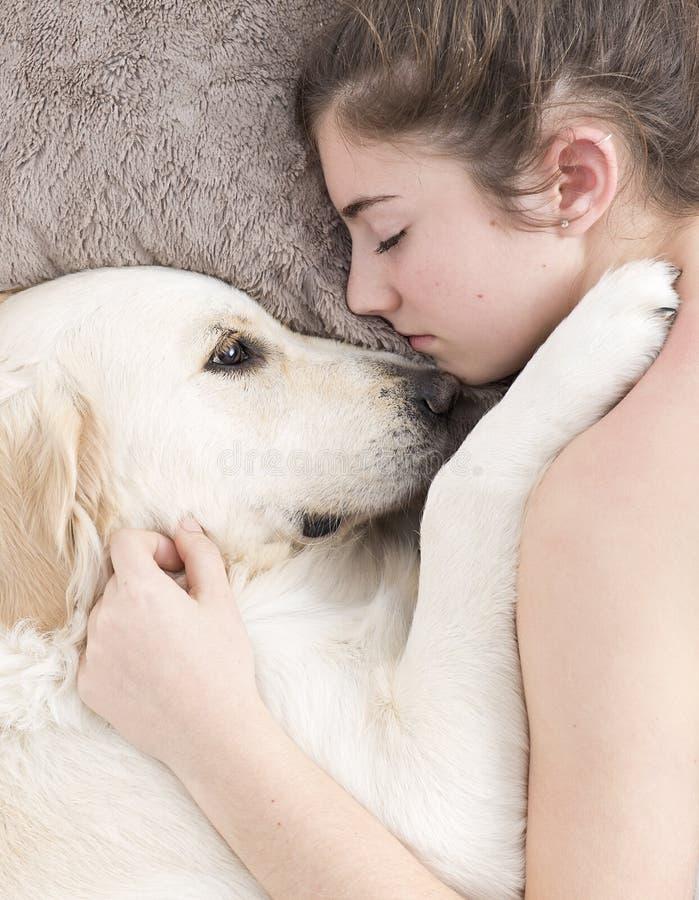 Adolescente que dorme com seu cão imagem de stock royalty free