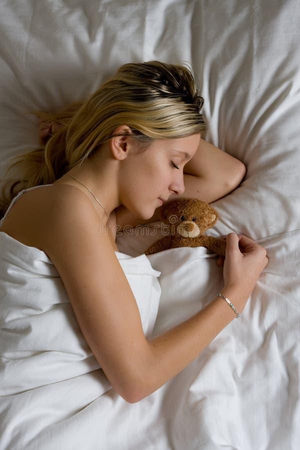 Adolescente que duerme en cama fotografía de archivo