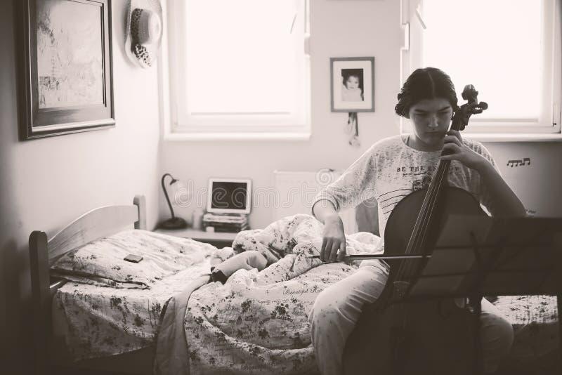 Adolescente que ejercita el violoncelo imagenes de archivo