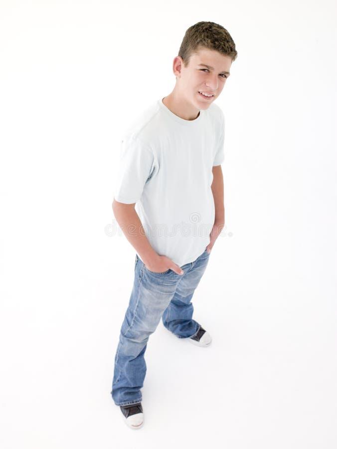 Adolescente que está com mãos em uns bolsos fotografia de stock royalty free