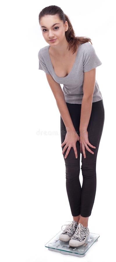 Adolescente que está em escalas. foto de stock