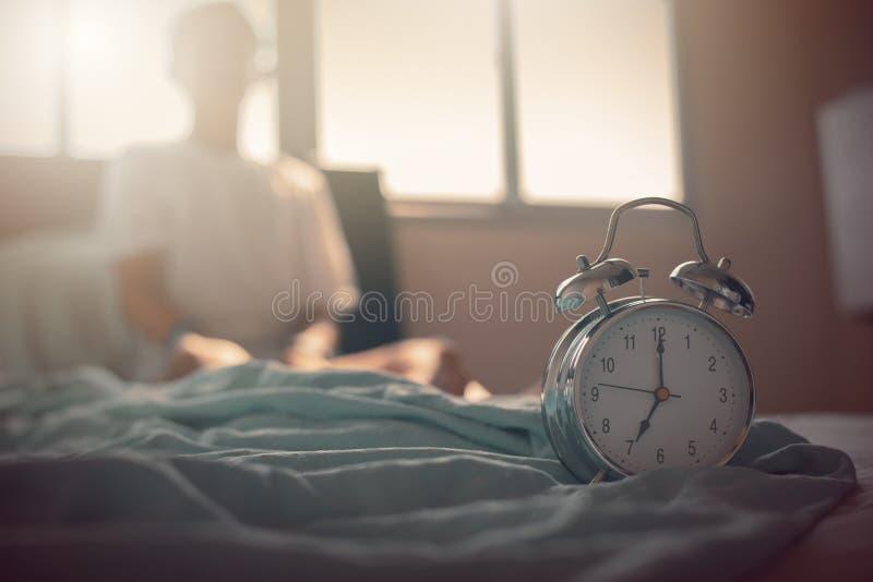 Adolescente que estica as mãos após a excitação na cama fotos de stock