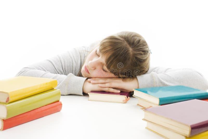 Adolescente que estudia en el escritorio que es cansado. imagen de archivo