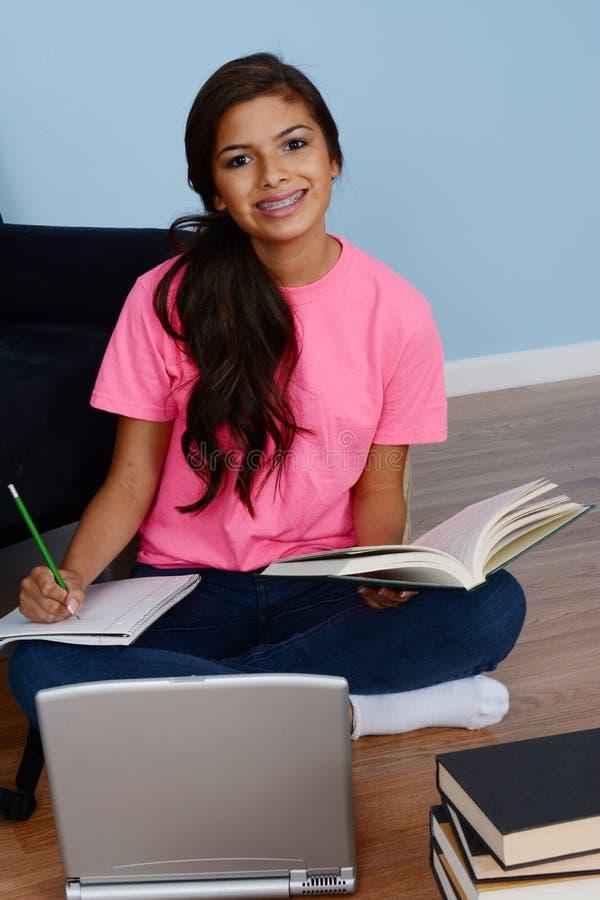Adolescente que faz trabalhos de casa imagens de stock