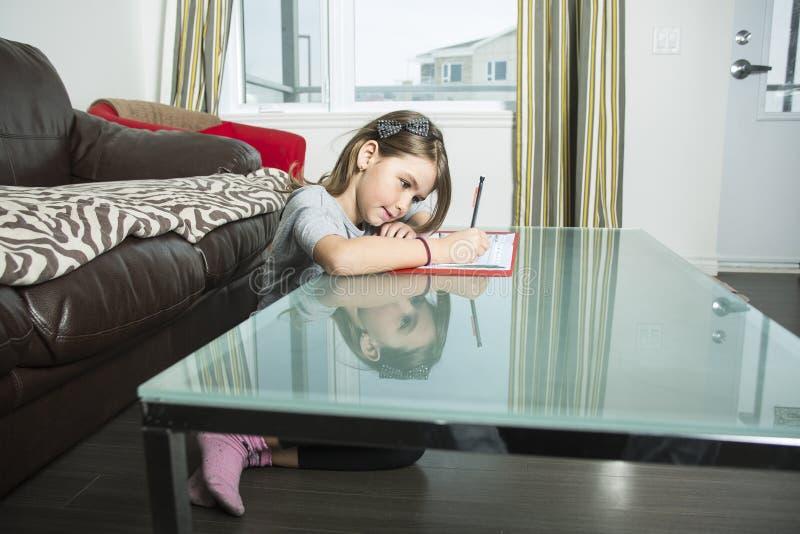 Adolescente que faz trabalhos de casa para a escola foto de stock royalty free