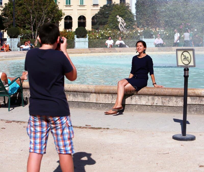 Adolescente que fotografa a menina imagem de stock