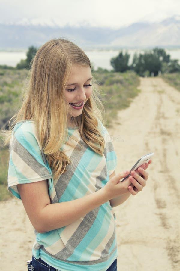 Adolescente que guarda um ramalhete de wildflowers alaranjados fora imagem de stock royalty free